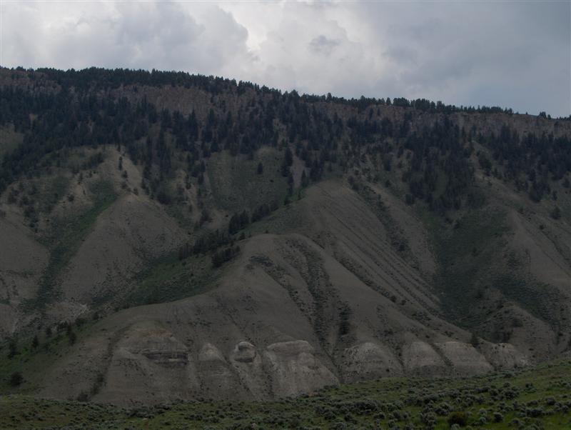 Usa Parchi dell'ovest, Grandi parchi americani, Yellowstone National Park, Ecco perchè il paese si chiama Mammoth, Quella montagna sembra proprio un piede di Mammut, si vedono anche le unghie