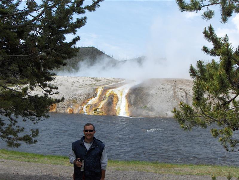 Usa Parchi dell'ovest, Grandi parchi americani, Yellowstone National Park, L'acqua bollente prodotta dal cratere del geyser si tuffa fumante nel gelido fiume, Midway Geyser Basin